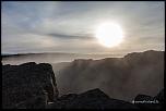 La vapeur de la faille de Grjótagjá masque le soleil couchant