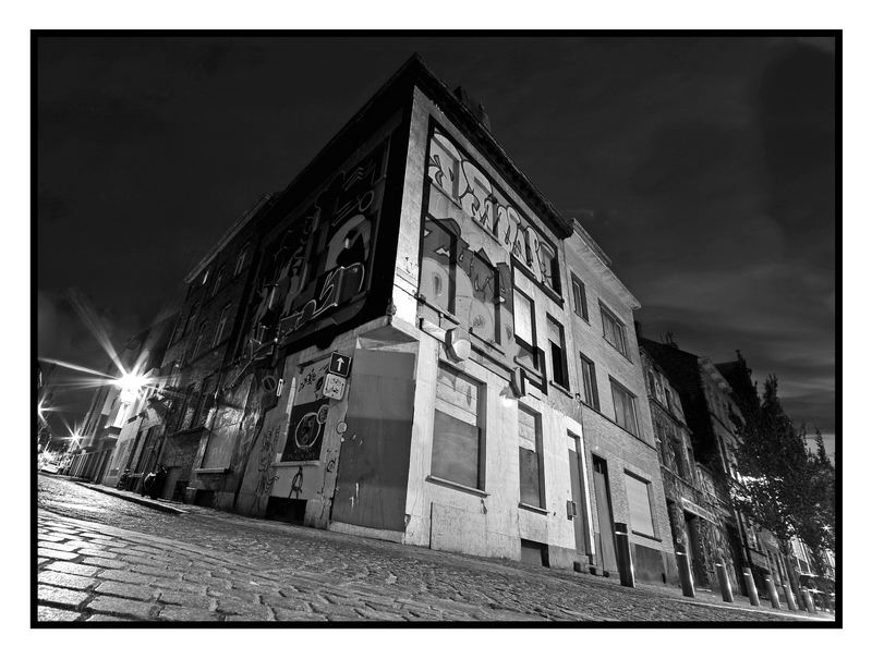 Maison abandonnée dans une ruelle de Ostende 109572572
